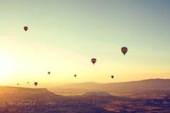 气球飞行 卡帕多细亚的著名旅游胜地航空小队 卡帕多细亚通认全世界  免版税库存图片