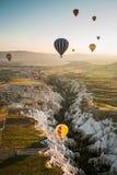 气球飞行 卡帕多细亚的著名旅游胜地航空小队 卡帕多细亚通认全世界  免版税图库摄影