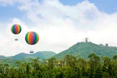 气球飞过热山 免版税库存照片