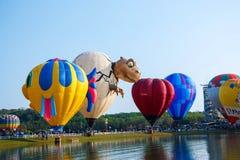 气球,在天空,气球节日, Singhapark国际气球节日2017年,清莱,泰国的气球 免版税图库摄影