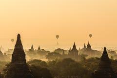 气球,日出,塔,在缅甸(Burmar)的Bagan 图库摄影