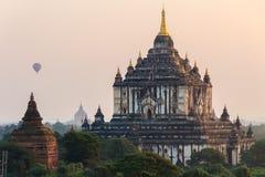 气球,日出,塔,在缅甸(Burmar)的Bagan 免版税库存照片