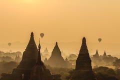 气球,日出,塔,在缅甸(Burmar)的Bagan 免版税库存图片
