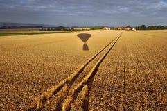 气球阴影和镇从天空在德国 免版税库存照片