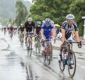细气管球骑马在雨-环法自行车赛中2014年 免版税库存图片