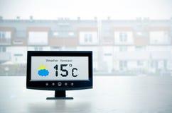 气象台设备以在backgroun之外的天气情况 免版税库存照片