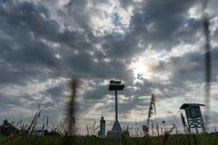 气象庭院风景早晨,当天空充分的灰色积云和卷云与美好的光时 免版税库存图片