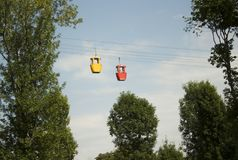 气门地狱s电车 一条壮观的路 在行动的摇摆自白天 在链子的吸引力成人的停放探险假日 免版税图库摄影