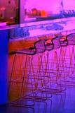 氖凳子色的空的行在酒吧的 库存照片