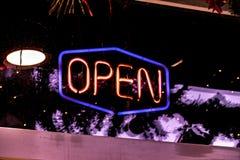 氖24个小时发光在酒吧商店f的开放商标标志 库存照片
