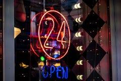 氖24个小时发光在酒吧商店f的开放商标标志 免版税库存照片
