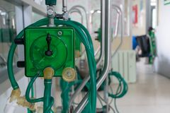 氧气人工呼吸机医疗设备在医院 免版税库存图片
