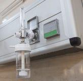 氧气流量计特写镜头在医院 免版税库存照片