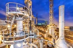 氨和氮气受精的生产的化工厂在夜间的 库存图片