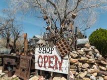 氯化物古董店是开放的 免版税图库摄影