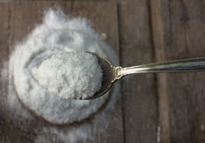 氯化钠 在木背景和秸杆的粗大盐 库存照片