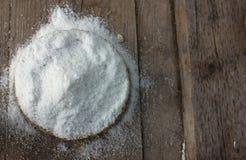 氯化钠 在木背景和秸杆b的粗大盐 图库摄影