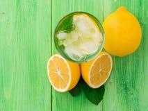 水、冰块、薄菏和柠檬在玻璃,柠檬冷的饮料  图库摄影