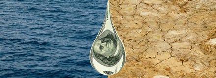 水、天旱地球&滴下的货币。   库存图片