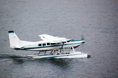 水上飞机为起飞做准备在水中 免版税库存照片