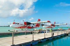 水上飞机在透明的绿松石水中 免版税库存照片