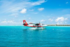 水上飞机在透明的绿松石水中 库存照片