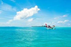 水上飞机在透明的绿松石水中 库存图片