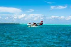 水上飞机在透明的绿松石水中 免版税图库摄影