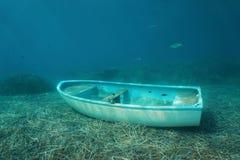 水下一条小船凹下去在海底 免版税库存图片