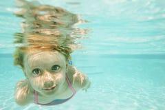 水下女孩的游泳 免版税库存照片