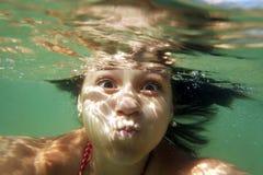 水下女孩的游泳 图库摄影
