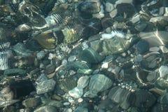 水下底部小卵石的纹理 免版税库存图片