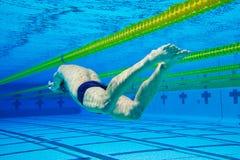 水下池的游泳者 免版税库存照片