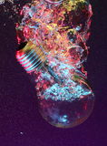 水下电灯泡的光 免版税库存照片