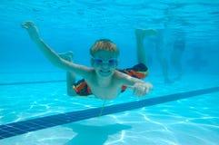 水下男孩的游泳 免版税库存照片