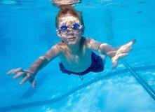 水下男孩的游泳 免版税图库摄影