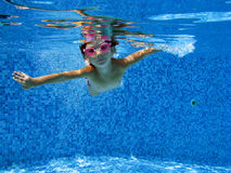 水下的孩子 库存照片