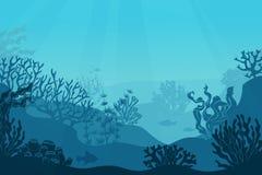 水下的海景 海底,海里与海草 与珊瑚剪影的黑暗的盐水 海洋礁石底部 向量例证