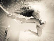 水下的游泳 免版税库存照片