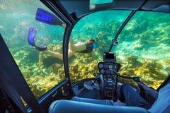 水下的潜水艇在热带海 免版税库存图片
