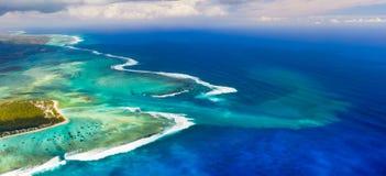 水下的瀑布的鸟瞰图 毛里求斯 全景 免版税库存照片