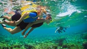 水下的照片 潜航在热带海的愉快的家庭 免版税库存照片