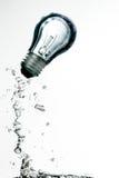 水下的电灯泡 免版税库存照片