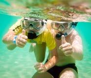 水下的男孩二 免版税库存图片