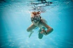 水下的男孩 图库摄影