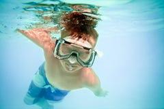 水下的男孩 免版税库存图片