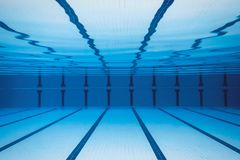 水下的空的游泳池 免版税图库摄影