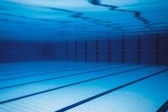 水下的空的游泳池 免版税库存照片