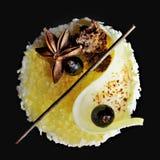 水下的黄色柠檬果冻鱼子酱和白色瓜奶油甜点点心用椰子、蜂蜜、白色巧克力和八角 免版税库存照片