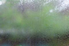 水下落或雨小滴在玻璃在弄脏有背景 库存照片